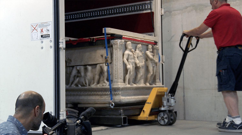 un-sarcophage-sur-un-transpalette