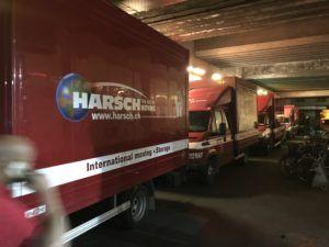 une dizaines de camions Harsch attendent de livrer 4000 bagages