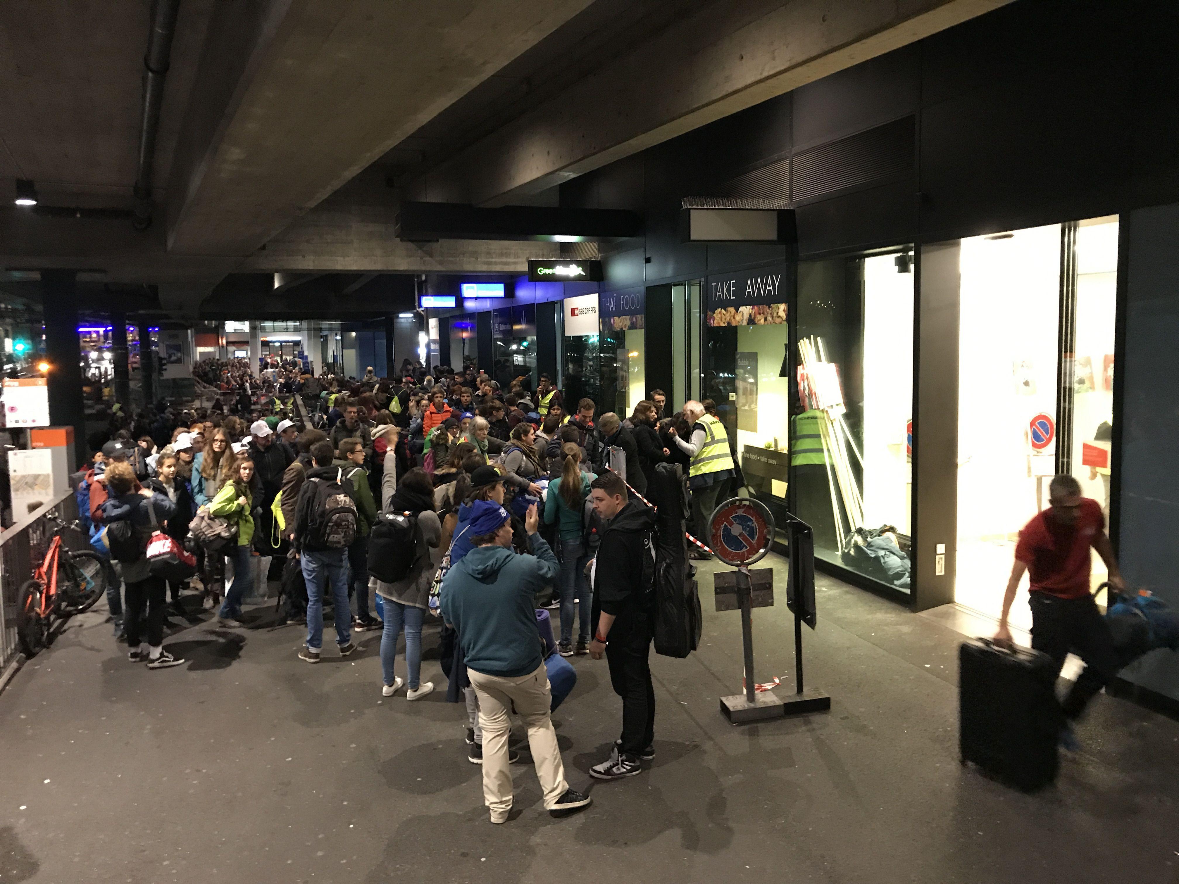 Des jeunes protestants attendent pour déposer leurs bagages